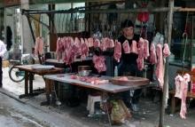 Chinesen lieben Fleisch und vor allem Schweinefleisch. Entspricht nicht ganz unseren Hygienevorschriften ist aber alles ganz frisch.