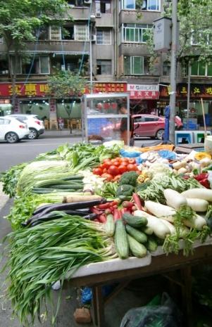 Überall gibt es schöne Auslagen an Gemüse. Und alles ist immer total frisch und knackig. Da quillt der Wagen fast über.