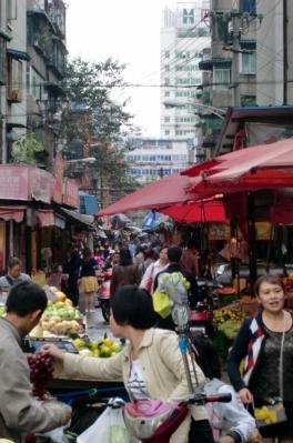 Da ist was los. Bei so vielen Einwohnern sind nicht nur die Straßen voll, sondern auch die Märkte.