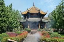 """Ein wunderschöner Garten umschließt den Qingyang Taoist Temple, übersetzt heißt der Tempel: """"Tempel der grünen Ziege"""""""