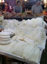 Auch Nudeln gibt es immer frisch zu kaufen. Hier gibt es selten Fabrik Ware.