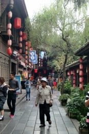 Die Jinli Pedestrian Street füllt sich mit chinesischen Touristen.