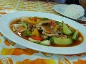 Gemüse und Schweinefleisch in rotem Curry