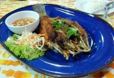 Fritierter Fisch mit leckerer scharfer Sauce