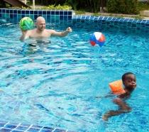 Pool Zeit, Joel und Peter haben Spaß