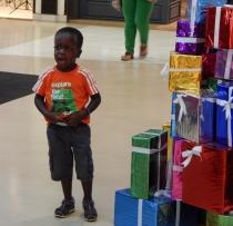 Joel im Einkaufzentrum... Weihnachtsdeko - die Verlockung ist groß.