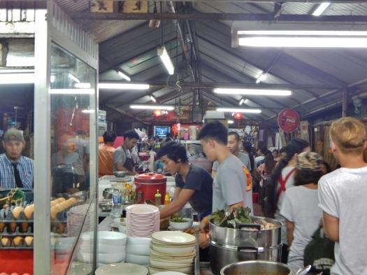 so geht es in einem kleine Thai-Restaurant in Phuket Stadt zu.