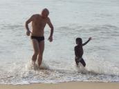 Peter und Joel lieben die kleinen Wellen