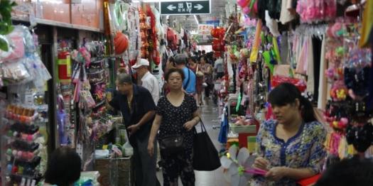 """""""Fake"""" Market in Shanghai. Hier wird nur kopierte Ware verkauft."""