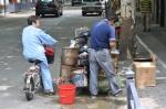 Der mobile Geflügelschlachter kommt mit dem Moped.