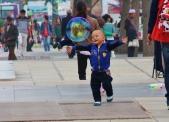 Seifenblasen machen jedem Kind Spaß, vor allem wenn sie so schön groß sind.