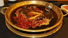 Heißer Sichuan Topf: Die Brühe ist mit Chilischoten, Pfeffer, Sesamöl und anderen kräftigen Kräutern und Gewürzen zubereitet. Die Hauptzutaten sind Sichuan Pfeffer, chinesischer Kristallzucker, viel Sesamöl, Brühe und Wein. Das schärfste was wir je gegessen haben.