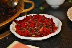 Damit wir überhaupt noch etwas schmecken konnten, haben wir relativ schnell die Chilischoten und den Pfeffer aus der Brühe geschöpft.