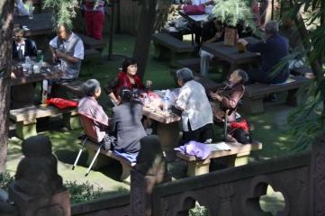 """Überall in der Stadt gibt es Tee Häuser. Vor allem die """"Alten"""" treffen sich hier um in Ruhe eine Tasse Tee zu trinken."""