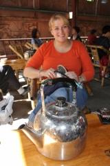 Auch wir haben uns dazugesellt und genießen den guten chinesischen Tee. Der große Kessel steht zum auffüllen der Teetassen mit heißem Wasser bereit.