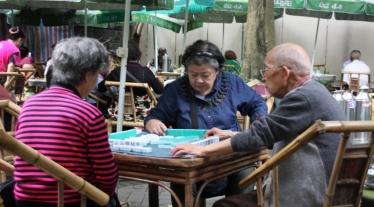 In den Tee Häusern wird auch gerne eine Runde Mahjong gespielt. Eine Freizeitbeschäftigung der Rentner.