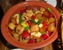 Eingelegtes Gemüse mit Innereien (hier Aorta vom Schwein), nicht unser Ding und viel zu scharf.