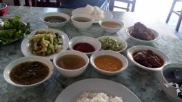 Typisches burmesisches Essen. Man bestellt ein Gericht (i.d.R. ein Curry) und bekommt ganz viele kleine Gerichte dazu. Gemüse, Bohnen, Suppe, Salat, Dipps etc.