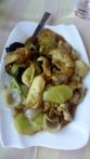 Gebratenes Schweinefleisch mit Gemüse.