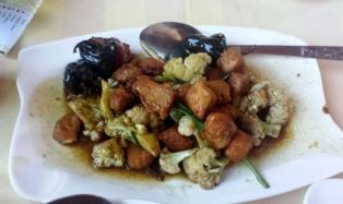 Gebratenes Hühnchenfleisch mit Blumenkohl