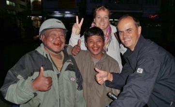 Nach einem spannenden und erlebnissreichen Tag haben wir alle gut Lachen. Die roten Zähne unserer Taxi-Driver kommt übrigens vom vielen Betelblätter kauen. Eine Unsitte in ganz Myanmar.