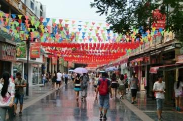 Die Straße ist für chinesische Moon-Fest geschmückt.