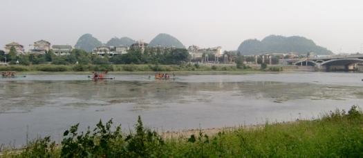 Überall in der Stadt sind Flussarme und es ist herrlich durch die kleine Stadt zu schlendern.