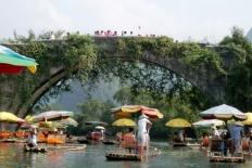 An der Yulong Brücke tummeln sich die Bambussfloße.
