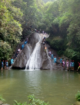 Und da sind Sie die kleinen Wasserfälle. Und die Chinesen finden es toll an einem Seil die Wasserfälle zu besteigen.