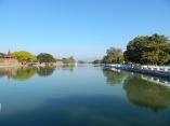 Um den gesamten Königspalast zieht sich eine Mauer von jeweils 2 Kilometern Länge. Umgeben ist das Gelände zusätzlich von einem 6,5 Meter breiten und 3 Meter tiefen Wassergraben.