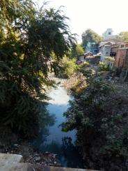 Wie überall in Asien dient der Bach als Müllhalde. In der Regenzeit wird dann der ganze Unrat fortgespült.