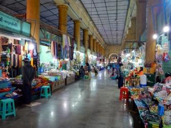 Lange Gänge mit vielen kleinen Verkaufsständen führen zum Heiligtum.