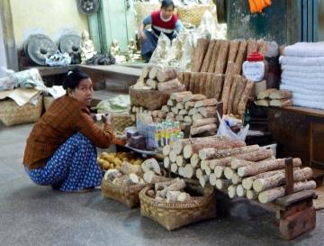 In Myanmar wird von den einheimischen Mädchen und Frauen seit vielen Jahrhunderten die fein gemahlene Rinde des Thanaka-Baumes (Limonia Acidissima) verwendet, um eine pflegende und hautschützende Creme herzustellen, genannt Thanaka. Das goldfarbene Thanaka-Pulver wird in Myanmar auf allen Märkten angeboten und von Jung bis Alt verwendet.