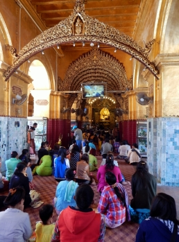 Frauen dürfen nur draußen sitzen und den Buddha anbeten. Ihnen ist es verboten den Innenraum zu betreten.
