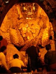 Durch das viele Blattgold ist der Buddha fast nicht mehr als solcher zu erkennen.