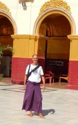 Carsten im traditionellen Longyi (Rock für Männer).