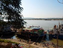 Hier liegen die Boote Richtung Bagan.