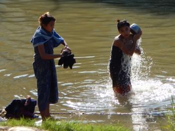 Das Wasser des Irrawaddy wird nicht nur zum waschen der Kleidung, sondern auch zur Körperpflege verwendet.