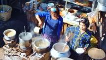 Überall wird auf der Straße gekocht. Das war schon eher unser Ding. Eine leckere Mohinga (traditionelle Fischsuppe) war schon eher mein Ding.
