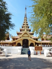 Der Mandalay Palast wurde in der Zeit von 1857 bis 1859 vom damaligen König Mindon erbaut. Die Briten eroberten im 3. Britisch-Birmanischen Krieg Mandalay. König Thibaw wurde ins Exil nach Indien verbannt. Heute kann man wieder einige Gebäude besichtigen. Der Großteil des Areals wird als Militärbasis genutzt und ist nicht zugänglich.
