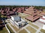 Auf dem Aussichtsturm stehend, hat man einen schönen Blick über den Königspalast mit seinen vielen Nebengebäuden.