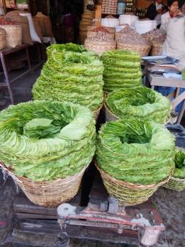Betelblätter werden an jeder Ecke verkauft. So auch im Markt.