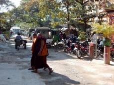 Überall auf den Straßen sieht man Mönche. Mandalay ist das buddhistische Zentrum von Myanmar.