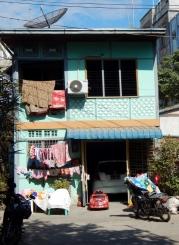 """Ein ganz """"normales"""" kleines Häuschen. Mit riesigem Spielzeug-Auto vor der Tür. Hier wohnt bestimmt ein Chinese ;-)"""