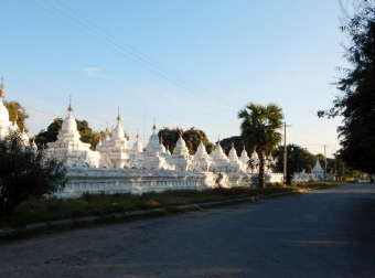 Die Anlage der Kuthodaw-Pagode umfasst neben dem goldenen Hauptgebäude mehrere Hundert kleine Pagoden, von denen jede eine Steintafel mit den Lehren Buddhas beinhaltet. Die Stupen dienen dazu das größte Buch (Buddhas) zu schützen.