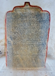 Hier die Steintafeln auf dem das Buch geschrieben ist.