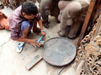 Es gibt sehr viel alte Handwerkskunst in Mandalay zu bestaunen.