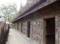 Wände und Türen sind mit wunderbar geschnitzten Figuren verziert.