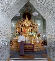 In jeder Pagode sitzt mindestens eine Buddhastatur. Hier wurden wir aufgefordert ein Foto zu machen. Eine kleine Spende war anschließend natürlich auch sehr willkommen.