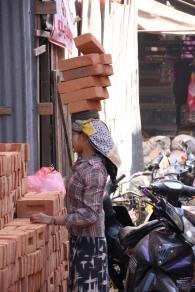 Frauen arbeiten ganz selbstverständlich auf dem Bau und sind für das tragen der großen Lasten verantwortlich.